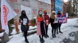 Młodzi działacze przekonują do szczepień przeciw COVID-19. Apelują przed szpitalem: pomóżmy w rejestracji rodzicom, dziadkom