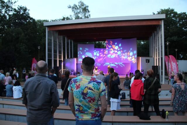 Mieszkańcy Ostrowa Wielkopolskiego przez całe lato uczestniczą w koncertach i seansach kina letniego odbywających się w zrewitalizowanym amfiteatrze