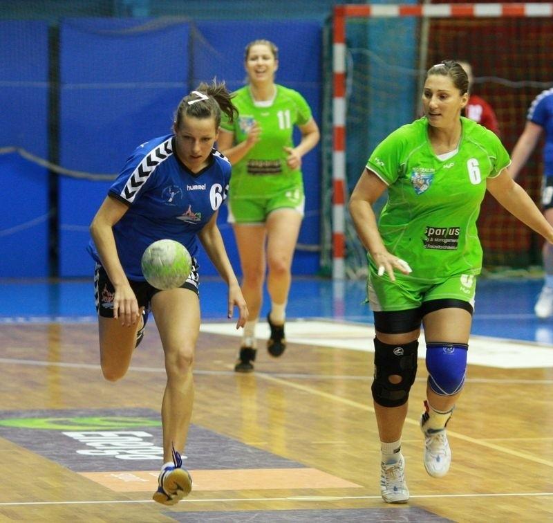 W pierwszym meczu w Słupsku Słupia przegrała z koszaliniankami. Z piłką Monika Podolak.