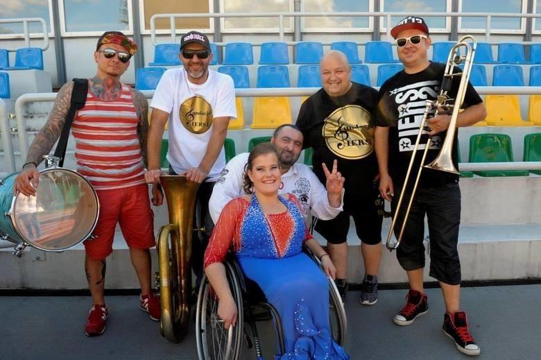 Muzycy zespołu Piersi chcą pomagać realizować marzenia młodych osób zmagających się z niepełnosprawnościami.