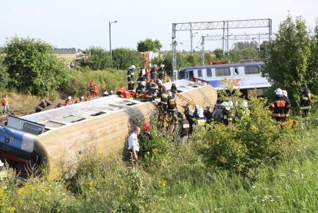 Katastrofa kolejowa w Babach - mija 9 lat od tragicznego wypadku z 12 sierpnia 2011 roku, do którego doszło pod Piotrkowem Trybunalskim.Zobacz ZDJĘCIA, czytaj na kolejnych slajdach