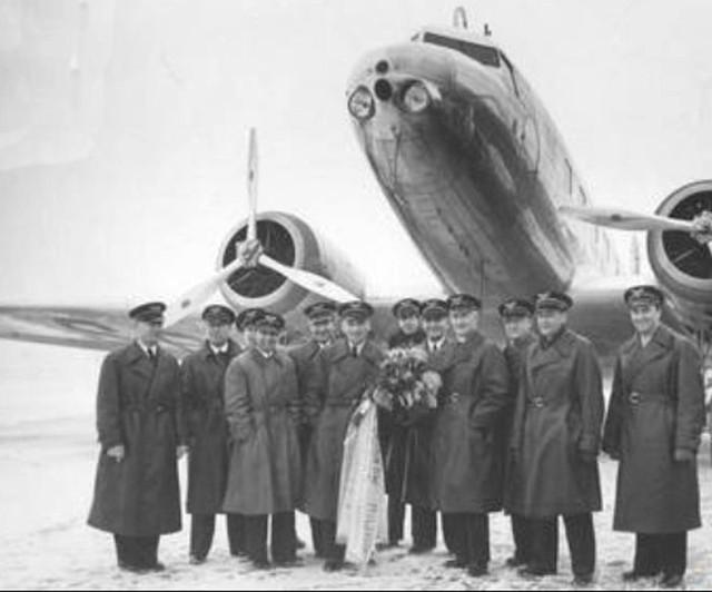 W grudniu 1936 r. Kazimierz Burzyński świętował przelot łączny 1 mln km! I pozował do pamiątkowej fotografii wraz z innymi pilotami LOT-u na tle Douglasa DC-2