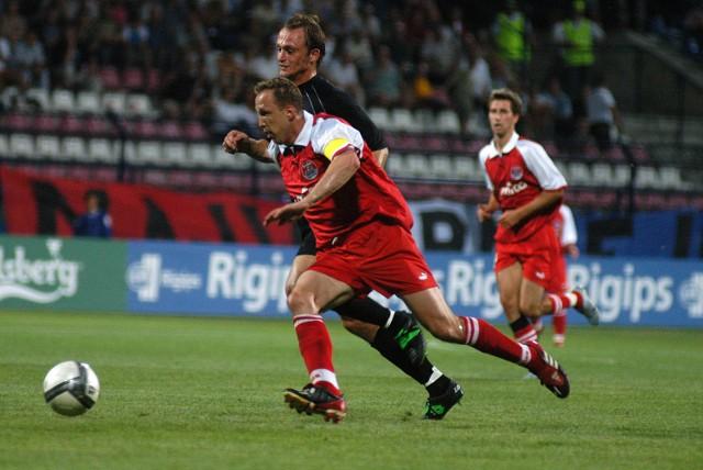 Przy piłce zdobywca jedynego gola dla Amiki Wronki Paweł Kryszałowicz.