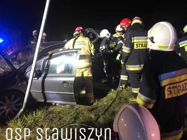 w nocy z piątku na sobotę na drodze krajowej numer 25 w okolicach Stawiszyna w powiecie kaliskim doszło do wypadku - zderzyły się samochód ciężarowy i osobówka. Ranne zostały cztery osoby.Zobacz więcej zdjęć ---->
