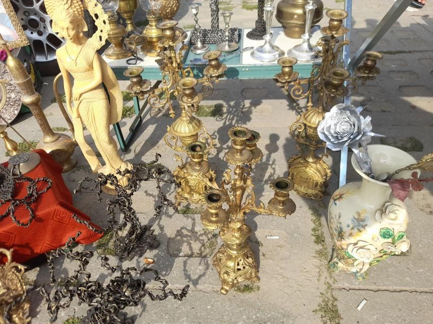 Instrumenty, stare zegary, porcelanowe figurki, odzież,...