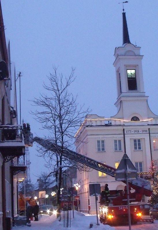 """Wczoraj przed godziną 16.00 strażacy usuwali sople z budynku galerii """"Ostrołęka""""."""