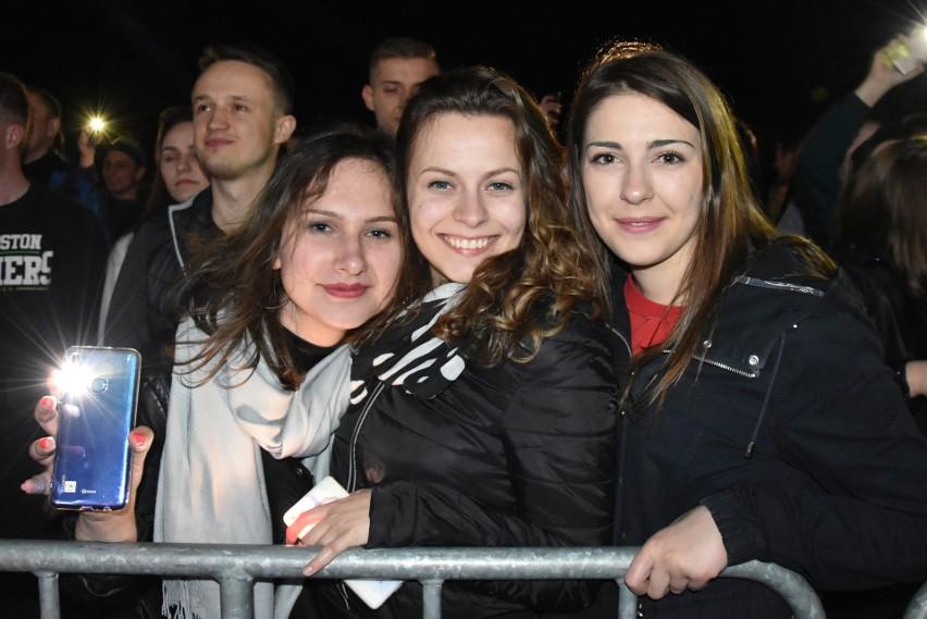 Na błoniach Politechniki Opolskiej zjawiło się wielu studentów spragnionych muzyki klubowej.