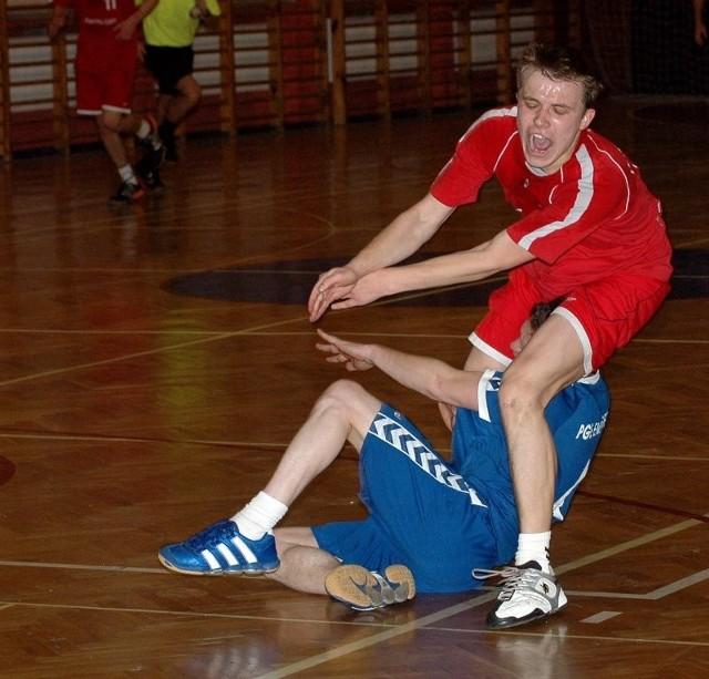 Fragment meczu Energetyka z Pogonią Handball z poprzedniego sezonu. W Gryfinie łatwo wygrali wtedy szczecinianie (czerwone koszulki), ale niedługo mogą występować w niższej klasie rozgrywkowej, niż rywale.