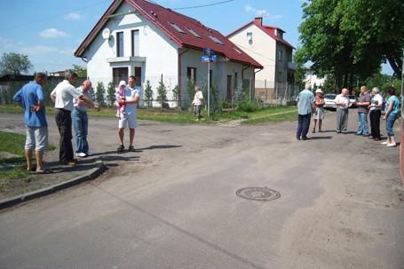 W tym miejscu asfalt się kończy; kiedy druga część drogi zostanie naprawiona, nie wiadomo...