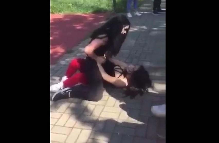 Agresja na boisku szkolnym w Częstochowie. Dwie uczennice się pobiły. Nikit nie reagował.Zobacz kolejne zdjęcia. Przesuwaj zdjęcia w prawo - naciśnij strzałkę lub przycisk NASTĘPNE