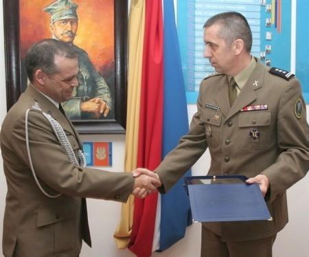 Dowódca brygady płk Sławomir Wojciechowski (z prawej) podziękował swemu byłemu zastępcy płk Zbigniewowi Grzesiczakowi.