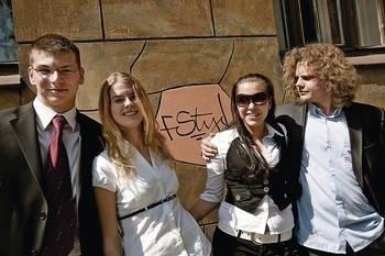 Matura była prosta - mówi Michał Pernet (pierwszy z lewej). Obok Katarzyna Stelmach, Zuzanna Brzezińska-Sobczyk i Filip Nocoń) Fot. Grzegorz Ziemiański