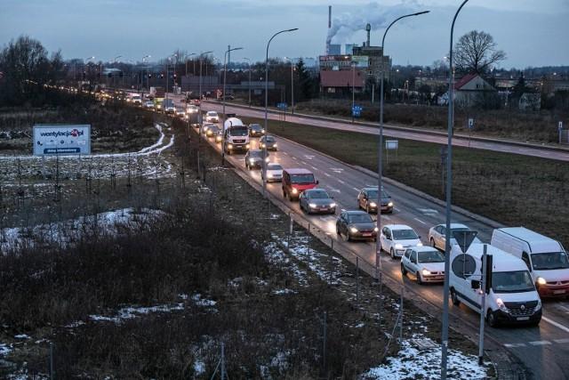 Kierowcy narzekają, że po zamontowaniu sygnalizacji świetlnej na ul. Śliwiaka trzeba stać w korkach.