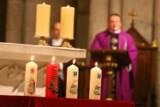 Świąteczne akcje charytatywne mocno okrojne. Będą świece Caritas i Szlachetna Paczka. Ale o wigiliach dla samotnych można zapomnieć