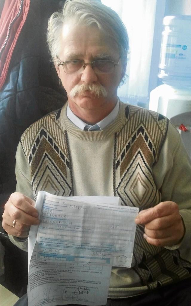 Piotr Grzegorzek pokazuje dokument potwierdzający wypowiedzenie umowy na korzystanie z telewizji i radia z lipca 2013 r.