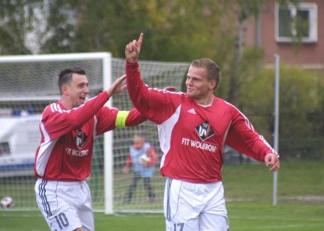 Przebój Wolbrom - Górnik Łęczna (13.10.2007). Z prawej Norbert Górski, strzelec trzech goli. Obok lider drużyny, Jarosław Rak