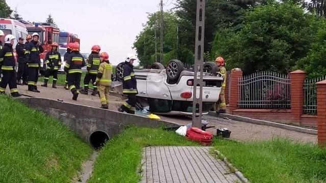 Na drodze krajowej w Domiarkach w gminie Iwanowice dachował samochód osobowy