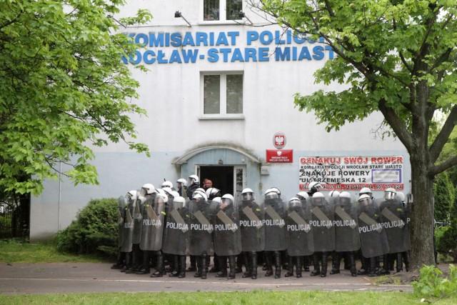 Do zamieszek przed komisariatem doszło w połowie maja 2016 roku.