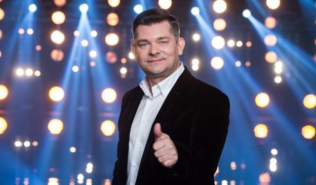 """Zenek Martyniuk zaśpiewa największe przeboje grupy Akcent, takie jak """"Przekorny los"""", """"Królowa nocy"""", """"Przez twe oczy zielone"""", """"Dziewczyna z klubu disco"""" czy najnowsze """"Ja gnam przed siebie""""."""