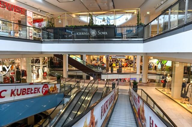Sklepy otwarte w centrach handlowych. W Galerii Bałtyckiej w Gdańsku w dniu otwarcia [04.05.2020] tłumów nie było