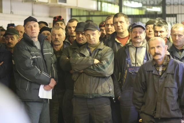 Zarabiamy bardzo mało. Od 900 do 1000 złotych. Nawet ci z 20-letnim stażem – mówią pracownicy ZNTK.