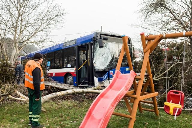 Do zdarzenia doszło w piątek, 1 lutego, przed godziną 8 rano w podbydgoskim Niemczu, u zbiegu Kolonijnej i Bydgoskiej. Autobus miejski zderzył się z samochodem osobowym. WIĘCEJ ZDJĘĆ NA NASTĘPNYCH STRONACHInformacje o wypadku otrzymaliśmy od naszego Czytelnika. Autobus wylądował w ogródku jednej z posesji przy ulicy Bydgoskiej. Kierowcy mogą spodziewać się sporych utrudnień. - Autobusem linii podmiejskiej podróżowało około dziesięciu pasażerów - informuje nas dyżurny bydgoskich strażaków. - Trzy osoby są opatrywane na miejscu.Samochodem osobowym jechały dwie osoby. Jedna z nich została uwięziona w samochodzie. Strażacy uwalniali ją za pomocą sprzętu hydraulicznego.- Ze wstępnych ustaleń policji wynika, że citroen nie zatrzymał się przed znakiem stop i zderzył się z autobusem - mówi kom. Przemysław Słomski z zespołu prasowego Komendy Wojewódzkiej Policji w Bydgoszczy. - Do szpitala zostały odwiezione dwie osoby z citroena oraz kierowca i jeden pasażer autobusu.Stop Agresji Drogowej. Odcinek 5