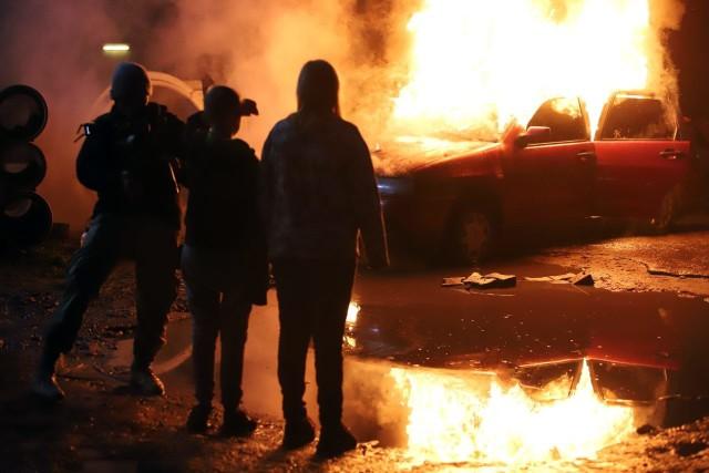 Sceny z płonącym samochodem kręcone były na podwórku między ul. Tuwima i Moniuszki