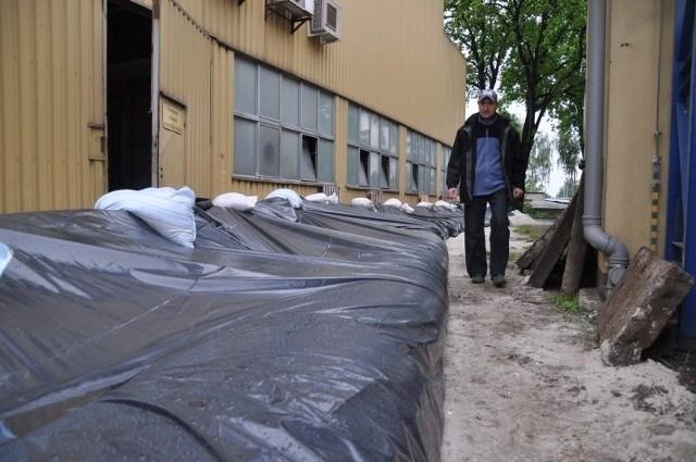 Wiosną 2010 roku niebezpieczeństwo zalania huty Jedlice było tak wielkie, że niektóre budynki chroniły kurtyny wodne.