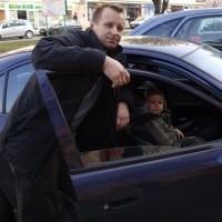 - Ciężko zaparkować samochód przy ul. Wojska Polskiego. To bolączka wielu ełckich kierowców i przyjezdnych - mówi Marek Niebrzydowski (na zdjęciu z synem Mateuszem)