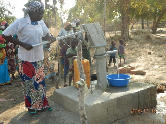 Dzięki organizatorom akcji zbiórki makulatury, w Afryce wybudowano już 10 studni. Jedenasta jest w budowie.