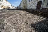 Rozpoczął się remont ulicy Piłsudskiego w Koszalinie. Odsłonięto starą kostkę brukową [ZDJĘCIA]