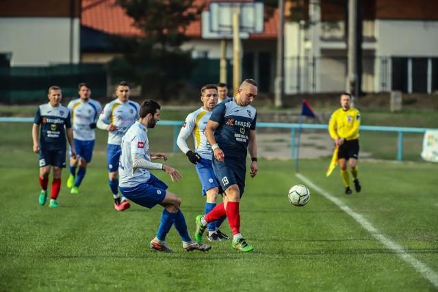 Piłkarze z Wasilkowa (ciemniejsze stroje) przegrali u siebie 0:2 z Kutnem