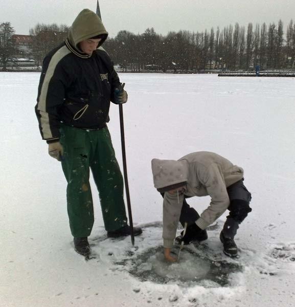 Wędkarze jako pierwsi testowali grubość lodu na Trzesiecku.