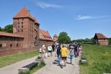 """Turyści """"oblegają"""" zamek w Malborku na tyle, na ile pozwalają na to pandemiczne limity"""