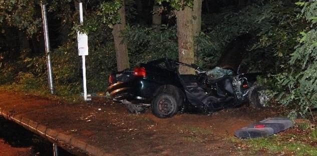Jak dowiedzieliśmy się nieoficjalnie, chłopak musiał jechać bardzo prędko, bo auto wyrzuciło mocno w górę. Uderzyło w drzewo na wysokości ok. 2 metrów.