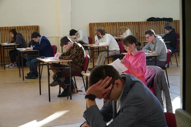 Próbna matura 2021 w wielu szkołach przeprowadzana jest stacjonarnie. Egzaminy przeprowadzane są w reżimie sanitarnymCo było na próbnym egzaminie? Zobacz arkusz w dalszej części galerii.