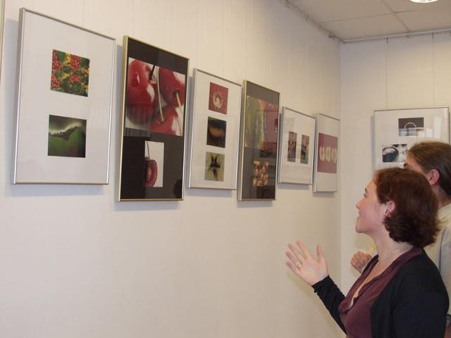 Małgorzata Pokutycka prezentuje swoje zdjęcia w dniu otwarcia wystawy.