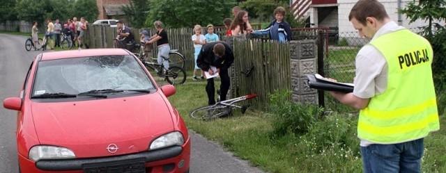 Policjanci dokonali oględzin miejsca wypadku i pojazdów w nim uczestniczących. To pomoże w ustaleniu dokładnych okoliczności zdarzenia.