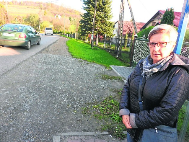 Dorota Mamcarczyk z Łękawicy martwi się o swoje wnuki, które muszą tą drogą wracać do domu ze szkoły. Dlatego przed niedzielną mszą świętą podpisała petycję w sprawie budowy chodnika