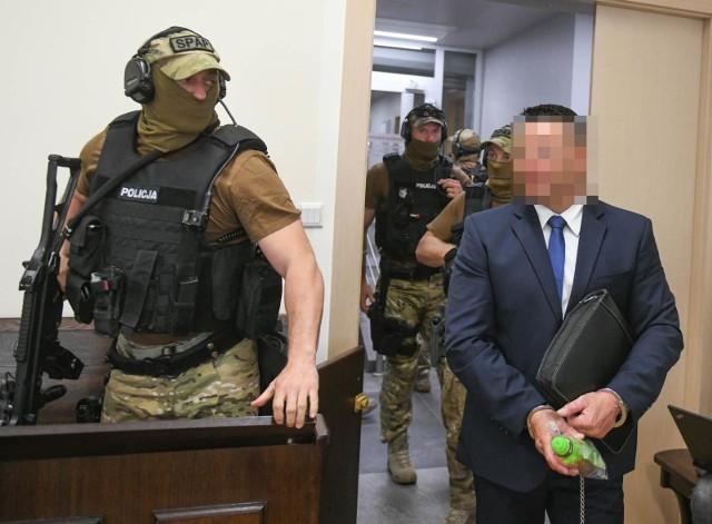 """Aleksander Gawronik nie przyznaje się do winy, a zeznania kluczowego świadka """"Baryły"""" określa jako kłamstwa. Z kolei sąd na kolejnej rozprawie, w kwietniu, zamierza ponownie przesłuchać """"Baryłę"""", by wyjaśnić, które ze złożonych wcześniej zeznań podtrzymuje."""