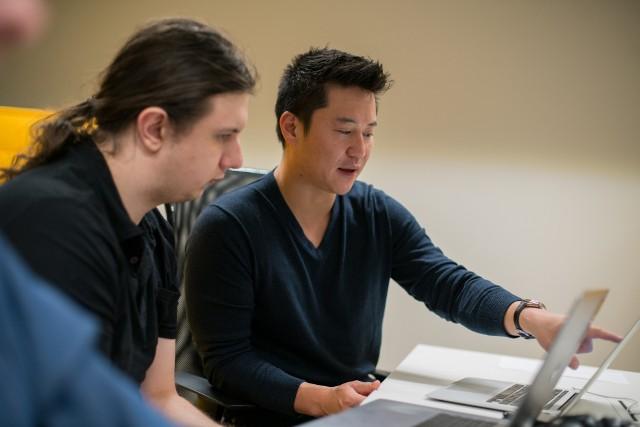 Adam Szeptycki, CTO JetBridge i John Sung Kim, założyciel firmy JetBridge, która zarządza międzynarodowym zespołem wybitnych programistów, będących mentorami dla utalentowanych pracowników sektora IT w centralnej Europie.
