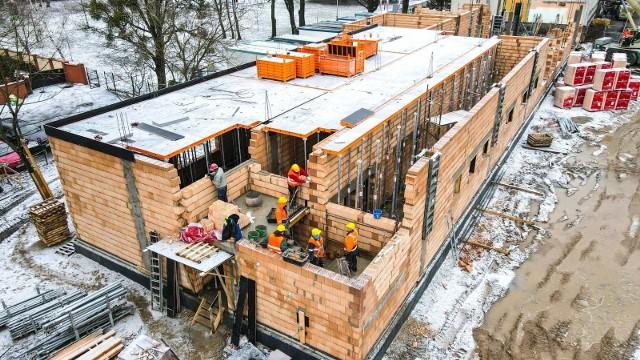 Na terenie rozbudowy szkoły podstawowej na Podolanach wznoszona jest już pierwsza kondygnacja. Prezentujemy najnowsze zdjęcia z placu budowy.