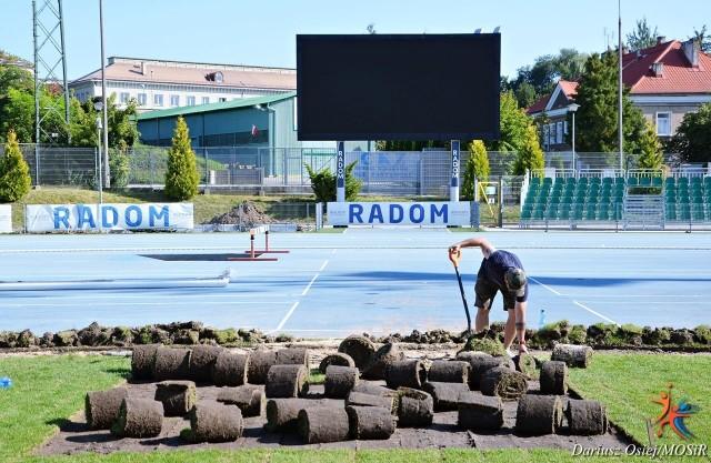 Zakończył się montaż ogrzewania płyty boiska na stadionie przy ul. Narutowicza 9. Teraz trwa wyścig z czasem, aby ułożyć murawę. W sobotę i w poniedziałek mają się tu odbyć mecze. W sobotę 11 września swój mecz w III lidze z Pelikanem Łowicz rozegra Broń Radom, a  w poniedziałek 13 września w PKO Ekstraklasie Radomiak zagra z Pogonią Szczecin. Trwają przygotowania murawy stadionu MOSiR do obu tych spotkań. Prace wykonuje Gardenia Sport, która ukończyła już układanie kabli grzewczych pod płytą boiska. Inwestycję finansuje klub RKS Radomiak, ale miasto zrefunduje klubowi straty. Na fragmentach boiska zostanie wymieniona nowa murawa. Pracownicy codziennie do późnych godzin pracują przy boisku. ZOBACZ ZDJĘCIA BOISKA ==>>>