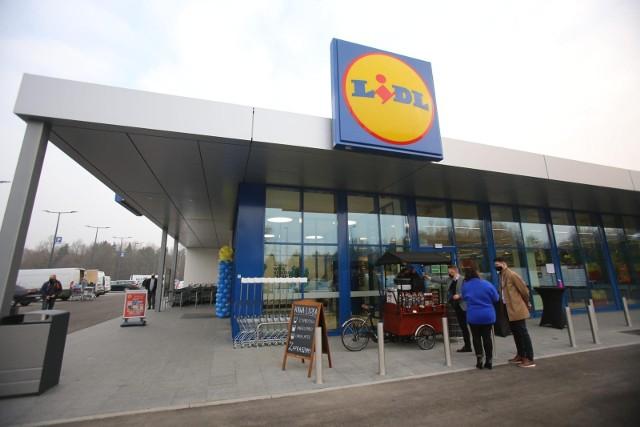 Lidl od lat w Polsce walczy o prym pierwszeństwa nie tylko w cenach, ale także warunkach zatrudnienia swoich pracowników. Po raz kolejny sieć ogłasza, że planuje zatrudnić aż 500 nowych pracowników do swoich sklepów i magazynów. Zobacz, ile teraz zarabiają pracownicy Lidla. Szczegóły na kolejnych zdjęciach >>>