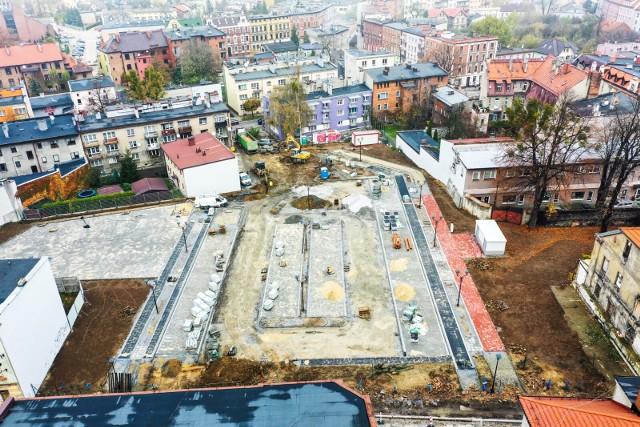 Budowa parkingu na terenie dawnych zakładów Tarmilo w Tarnowskich Górach powinna zakończyć się jeszcze w tym miesiącu. Zobacz kolejne zdjęcia. Przesuwaj zdjęcia w prawo - naciśnij strzałkę lub przycisk NASTĘPNE >>>