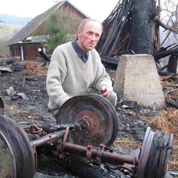 - Po wujkowej stodole zostały tylko zgliszcza. Jedyne, co możemy teraz zrobić, to posprzątać - narzeka Zbigniew Kruk.