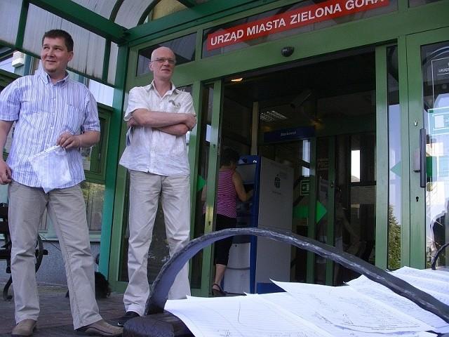 Petycję prezydentowi Zielonej Góry zanieśli: Patryk Nowakowski z ul. Głowackiego (z lewej) i Andrzej Wytrykus z ul. Jaskółczej