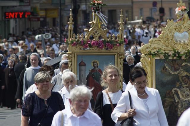 """Boże Ciało, a właściwie Uroczystość Najświętszego Ciała i Krwi Chrystusa, to tzw. ruchome święto katolickie, przypadające 60 dni po Wielkanocy. Wierni uczestniczą wtedy w mszach św. oraz procesjach do czterech ołtarzy. W tym roku odbędzie się 20. czerwca. Boże Ciało jest też świętem """"nakazanym"""", co oznacza, że jest to dzień wolny od pracy oraz kodeks prawa kanonicznego zobowiązuje katolików do uczestniczenia w jego obchodach. Jak będzie wyglądać tegoroczne Boże Ciało w powiecie poznańskim?"""