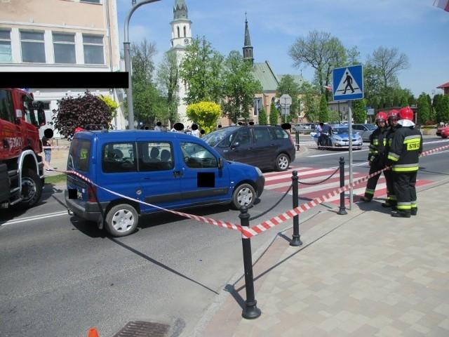 Do zdarzenia doszło na ul. Grunwaldzkiej w Ropczycach. Ze wstępnych ustaleń policjantów wynika, że kierujący citroenem, nie udzielił pierwszeństwa pieszej, która przechodziła przez przejście dla pieszych.Poszkodowaną 12-letnią dziewczynkę, mieszkankę Ropczyc przewieziono do szpitala. Kierujący samochodem, był trzeźwy.Trwają utrudnienia w ruchu. Policjanci pracujący na miejscu zdarzenia sporządzają dokumentację, niezbędną do dokładnego wyjaśnienia okoliczności wypadku.Zobacz także: Potrącił kobietę idącą poboczem. Zmarła na oczach dzieci
