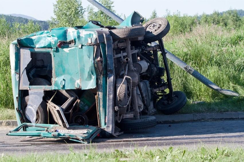 Wypadek na A1 koło Łodzi. Bus wypadł z drogi. Dwie osoby zostały poszkodowane (zdj. ilustracyjne)